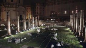 Filtrez le tir des ruines près de Colosseum, Rome, Italie, nuit d'hiver banque de vidéos