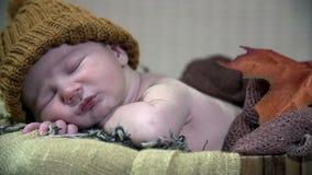Filtri il dettaglio sparato del bambino non condito con un cappello marrone video d archivio