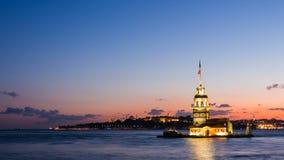 Filtri il timelapse del colpo della torre nubile o di Kiz Kulesi con fare galleggiare le barche turistiche su Bosphorus a Costant stock footage
