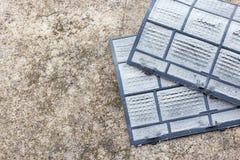 Filtri sporchi dalla polvere del condizionatore d'aria pronti per pulire Fotografie Stock Libere da Diritti