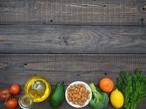 Filtro com óleo de girassol, frutas e legumes em uma tabela de madeira fotografia de stock