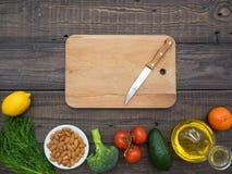 Filtro com óleo de girassol, frutas e legumes em uma tabela de madeira imagens de stock