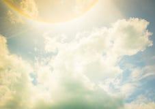 Filtro d'annata: Alone di Sun con la nuvola ed il cielo blu Fotografie Stock Libere da Diritti