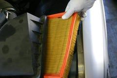 Filtro de aire de mantenimiento del mecánico Foto de archivo libre de regalías