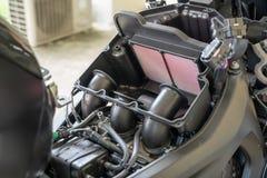Filtro de ar em uma motocicleta do esporte Processamento para mudar o ar-filtro do motor Os filtros de ar são usados nas aplicaçõ fotos de stock