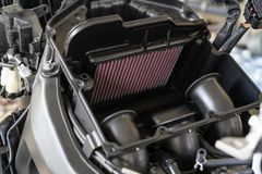 Filtro de ar em uma motocicleta do esporte Processamento para mudar o ar-filtro do motor Os filtros de ar são usados nas aplicaçõ imagem de stock royalty free