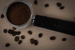 Filtro de café del café express con listo de tierra apisonada para ser insertado en la máquina fotos de archivo