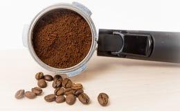 Filtro de café del café express con los argumentos apisonados listos para ser insertado en la máquina imagenes de archivo