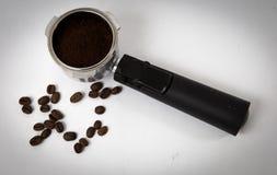 Filtro de café del café express con los argumentos apisonados listos para ser insertado en las máquinas imagenes de archivo