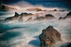 Filtro del ND, atlántico con la roca de la lava en la luz de la tarde Foto de archivo
