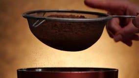 Filtro del rubinetto della mano della donna per spruzzare cacao - movimento lento video d archivio