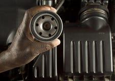 Filtro dell'olio della holding del meccanico Fotografie Stock