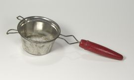Filtro do chá com o punho de madeira vermelho Foto de Stock