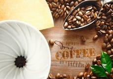 Filtro portátil con los granos de café Imagen de archivo libre de regalías