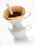 Filtro portatile dalla porcellana con caffè macinato Fotografia Stock