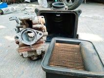 Filtro y carburador viejos Foto de archivo