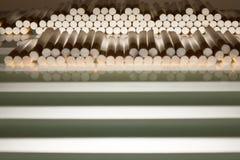 Filtros do cigarro preparados enchendo-se Imagens de Stock Royalty Free