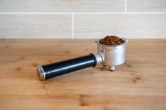 Filtrowy właściciel z zmieloną kawą na drewnianym stole Fotografia Stock