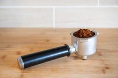 Filtrowy właściciel z zmieloną kawą na drewnianym stole Obraz Stock