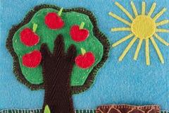 FilzApfelbaum mit Früchten auf einem Hintergrund des blauen Himmels und der Sonne Lizenzfreies Stockbild