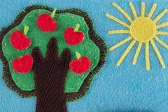 FilzApfelbaum mit Früchten auf einem Hintergrund des blauen Himmels und der Sonne Stockbild