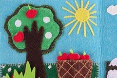 FilzApfelbaum mit Früchten auf einem Hintergrund des blauen Himmels und der Sonne Stockfotos