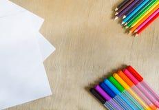 Filzstifte, Bleistifte auf hölzernem Hintergrund Stockbild