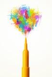 Filzstiftnahaufnahme mit farbiger Farbe spritzt Stockbild