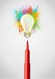 Filzstiftnahaufnahme mit farbiger Farbe spritzt und Glühlampe Stockfotografie
