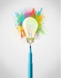 Filzstiftnahaufnahme mit farbiger Farbe spritzt und Glühlampe Lizenzfreie Stockbilder