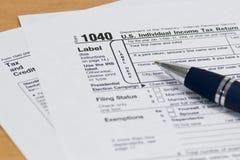 Fim 1040 do formulário de imposto do IRS acima imagens de stock