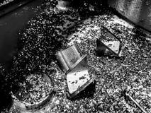 Fim abstrato acima de aparas do metal em preto e branco imagens de stock