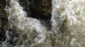 Fim abstrato acima de uma água turbulenta bonita no rio da montanha vídeos de arquivo