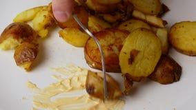Fim acima As batatas fritadas s?o postas sobre uma forquilha e mergulhadas no molho de queijo vídeos de arquivo