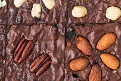 Fim acima Brownies bolo do chocolate, sobremesa com porcas Imagem de Stock