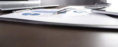 Fim acima carta e portátil financeiros no desktop imagem de stock royalty free