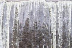 Fim acima da água clara de fluxo em uma queda da água - fundo natural abstrato imagem de stock royalty free