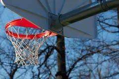 Fim acima da aro e da rede de basquetebol Fotografia de Stock