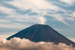 Fim acima da cratera da boca da montagem de Fuji com nuvem ao redor Fotografia de Stock