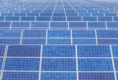 Fim acima da disposição das fileiras de células solares ou de photovoltaics em sistemas da planta de energias solares fotografia de stock