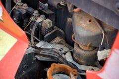 Fim acima da empilhadeira elétrica aberta Acumulação da corrosão nas peças foto de stock royalty free