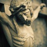 Fim acima da escultura de madeira antiga crucificada de Jesus Christ An foto de stock royalty free