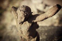 Fim acima da estátua antiga destruída do ferro da crucificação de Jesus de Nazareth - Jesus Christ como um símbolo da alma humana imagem de stock royalty free