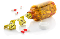 Fim acima da fita de medição em um frasco dos comprimidos imagem de stock royalty free