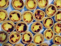 Fim acima da galdéria do ovo e do pastel de nata português imagem de stock