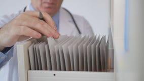 Fim acima da imagem com doutor Hands Searching Contracts e registros das medicinas imagens de stock
