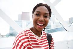 Fim acima da mulher afro-americano nova que ri na cidade fotografia de stock royalty free
