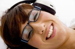 Fim acima da mulher de sorriso que escuta a música Fotografia de Stock Royalty Free
