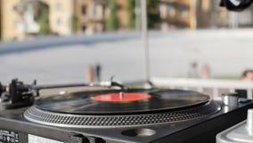 Fim acima da placa de gerencio do vinil no jogador de registro da plataforma giratória do DJ filme