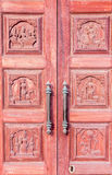 Fim acima da porta de madeira com punho oxidado, Chennai, Índia, o 19 de fevereiro de 2017 Fotografia de Stock